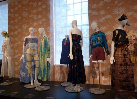 דגמים של בגדים מבדים של טילט, אופנת נשים