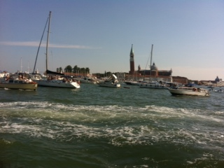 סירות רבות ממלאות את מימי התעלות והלגונה לקראת החגיגה