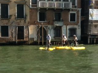 גם אמצעי תחבורה מקוריים, כמו אופני מים, משתתפים בחגיגה