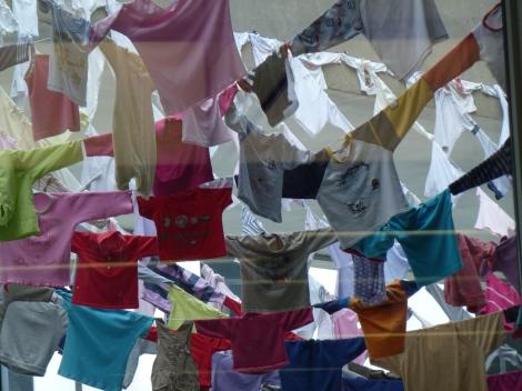 בגדי הילדים נאספו מתושבי השכונה, ובתום התערוכה נתרמו לנזקקים
