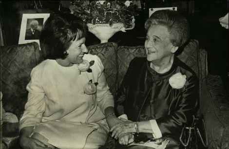 """קבלת פנים שערכה ורה ויצמן, נשיאת מד""""א ישראל, לכבוד גב' פרנצ'סקה פרננדז הול, שגרירת גואטמלה ויו""""ר מועצת ההנהלה של מד""""א. מאי 1966 חצי שנה לפני פטירתה של ורה."""