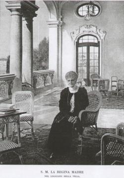 המלכה מרגריטה במרפסת ביתה