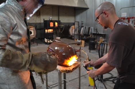 נפחי מוראנו יוצרים את יצירת הזכוכית של טוני אורסלר