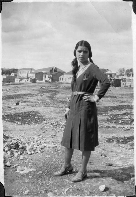משה אשכנזי, נערה, (כנראה מאזור מחנה יהודה), ירושלים 1932, אוסף משפחת אשכנזי באמצעות מינהל קהילתי לב העיר ירושלים