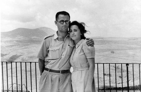 צלם לא ידוע, מרים ושמואל פרל על גג מלון הרצליה, צפת, עם הר מירון ברקע 1946, באדיבות ארכיון התמונות יד בן-צבי, אוסף נפתלי פרל