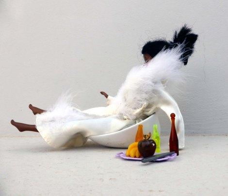 קריסטי נחה לאחר הצילומים בחלוק משי מעוטר פרוות ארנב סינטטית לבנה