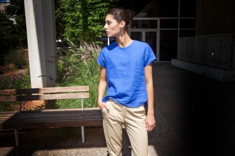 אילנה אפרתי חולצת טי מפשתן ומכנסי חאקי