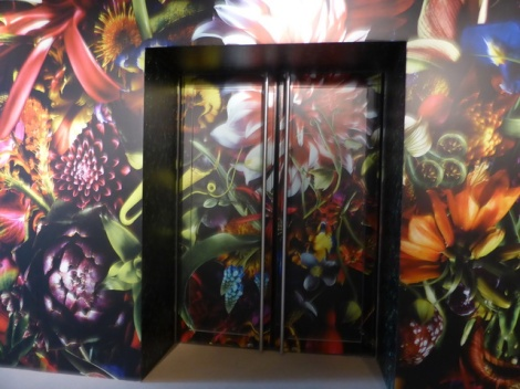 דלת הכניסה לתערוכה על השראותיו של דריס ון נוטן