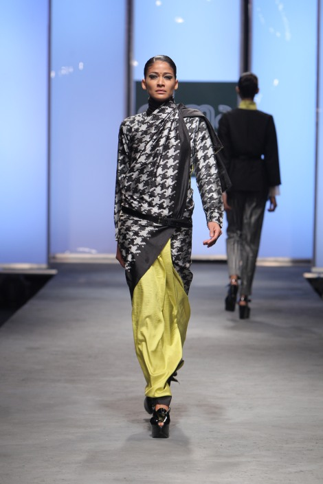 01._Houndstooth_sari_by_Abraham_and_Thakore_double_ikat_silk_Hyderabad_2011._Photograph_courtesy_of_Abraham__Thakore