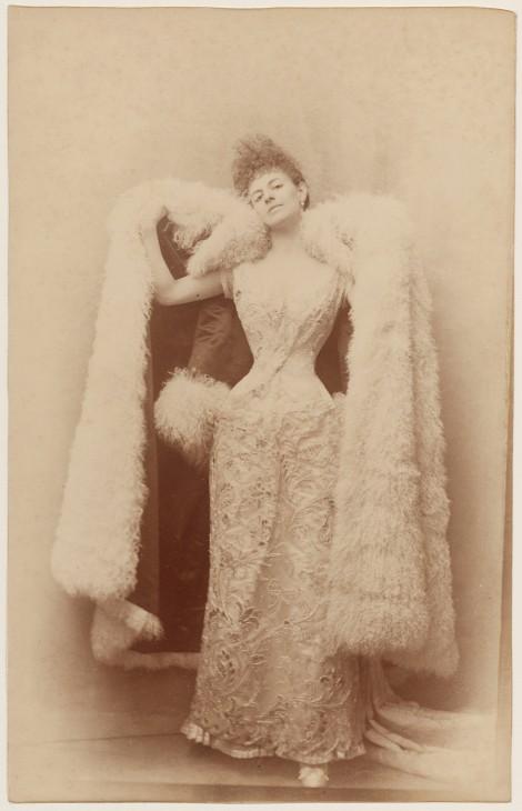 La Comtesse Greffulhe dans une robe de bal. Papier albuminé, vers 1887. Galliera, musée de la Mode de la Ville de Paris.