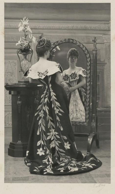 La comtesse Greffulhe, née Elisabeth de Caraman-Chimay (1860-1952), portant la robe aux lis créée pour elle par la maison Worth. Photographie de Paul Nadar (1856-1939). 1896. Galliera, musée de la Mode de la Ville de Paris. Dimensions : avec cadre : 52,5 x 40 cm ; image seule : 29 x 16,8 cm