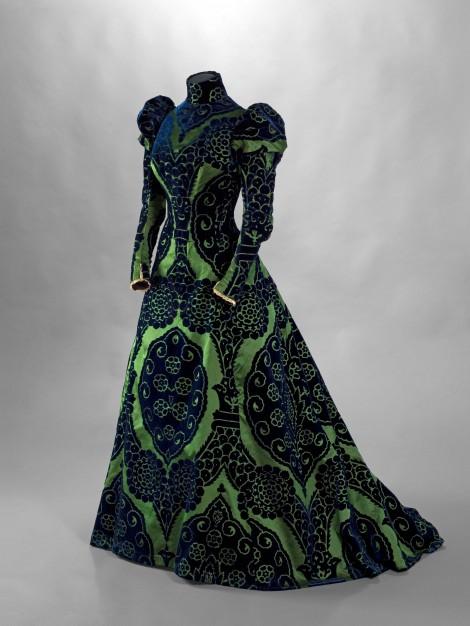 Charles-Frederick Worth (1825-1895). Tea gown. Velours ciselé bleu foncé sur fond de satin vert. Dentelle de Valenciennes. Doublure en taffetas changeant vert et bleu, vers 1897. Galliera, musée de la Mode de la Ville de Paris.