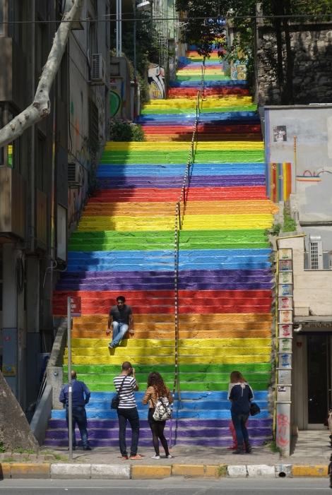 MAXXI_Istanbul_Sarkis_2rainbow_escalier arc-en-ciel