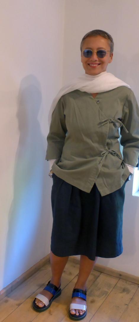 חולצת מעטפת בהשראת פועלים אסיתיים מהאוסף הפרטי של אילנה